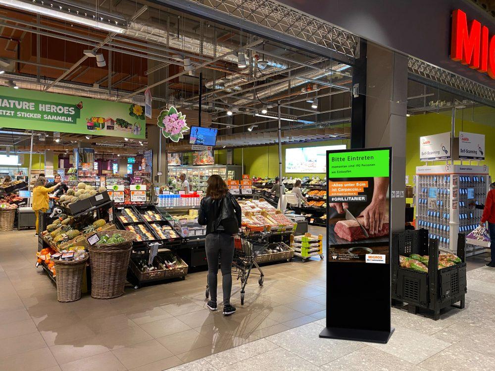Kunden-Dosiersystem von E-Display, Kioskstele am Eingang